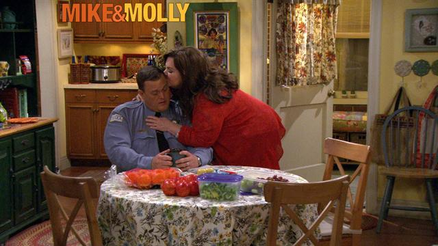 Mike &amp; Molly - Hot Tub