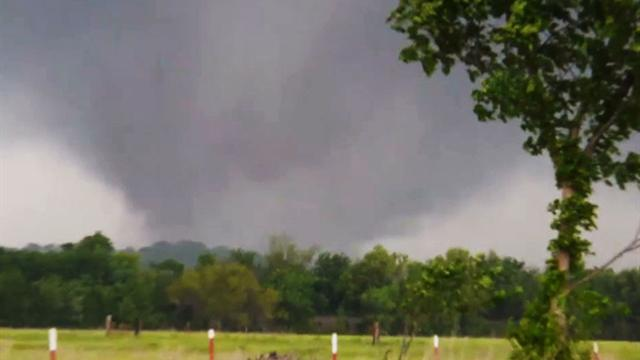U.s.: Tornadoes tear through Plains, at least one dead
