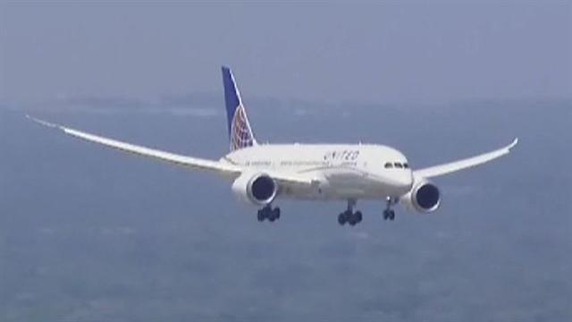 MoneyWatch: 787 Dreamliner lands at Chicago's Ohare