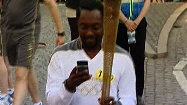 Will.i.am live tweets his Olympic torch run