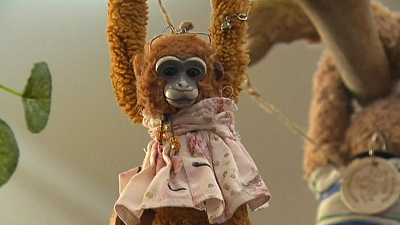CBS This Morning - Queen returns lost toy monkey to girl